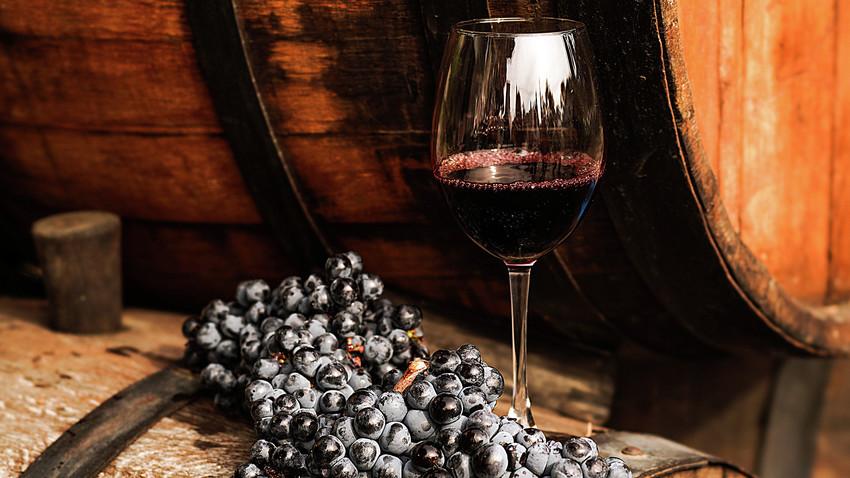 Un calice di vino nella cantina Massandra in Crimea