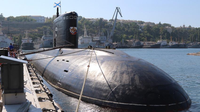 """Дизел-електрична подморница """"Варшавјанка"""" пројекта 636.3 враћа се из мисије у Средоземном мору, Краснодар."""