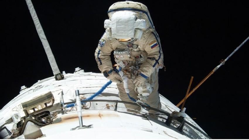 Delovni jezik na Mednarodni vesoljski postaji je angleški, vendar vsi kozmonavti do MVP pridejo z rusko vesoljsko ladjo.