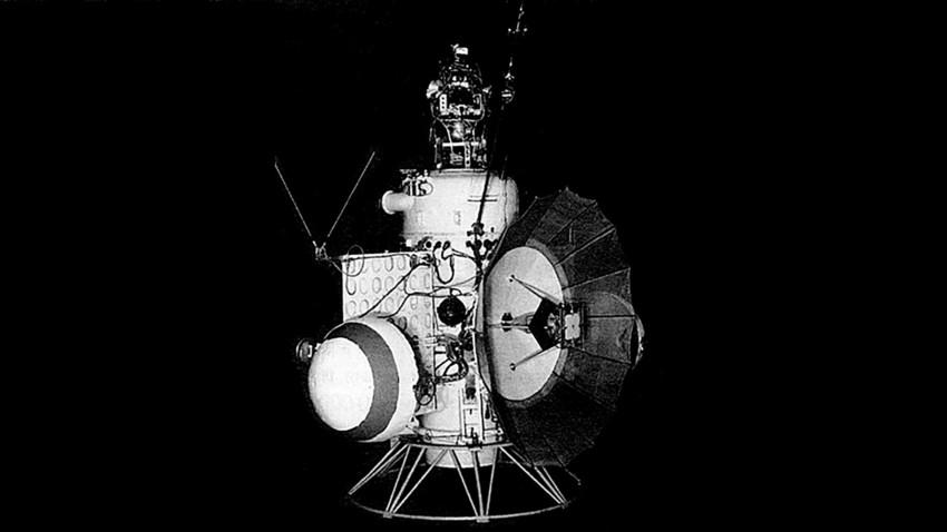 Em fevereiro de 1966, a Venera 2 se aproximou de Vênus a uma distância de 24 mil quilômetros e então entrou em órbita geocêntrica.