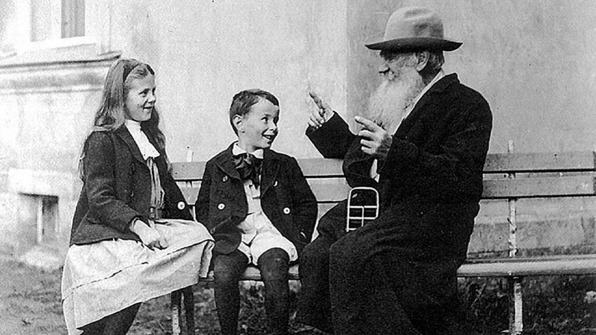 Tolstoi mit seinen Enkeln