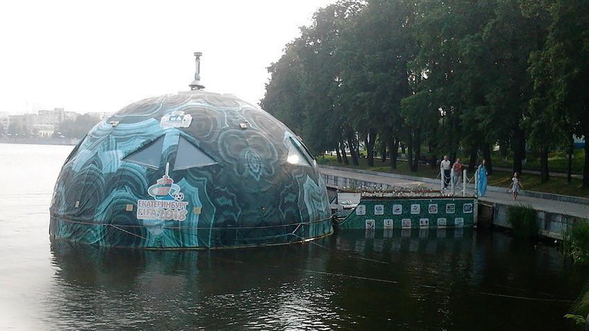Жителите на Екатеринбург не знаат што оваа топка треба да претставува и зошто од година на година ја менува својата местоположба.