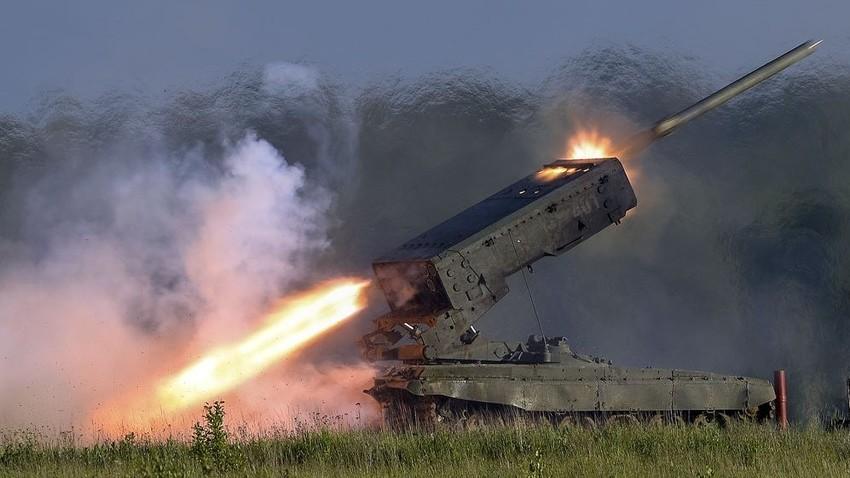"""Вишецевни ракетни бацач ТОС-1 """"Буратино""""."""
