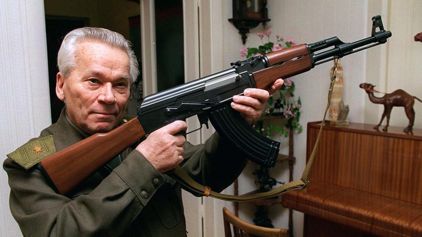 Mihail Kalašnjikov pokazuje model njegovog čuvenog automata AK-47, napravljenog u Iževsku, 1000 km istočno od Moskve.