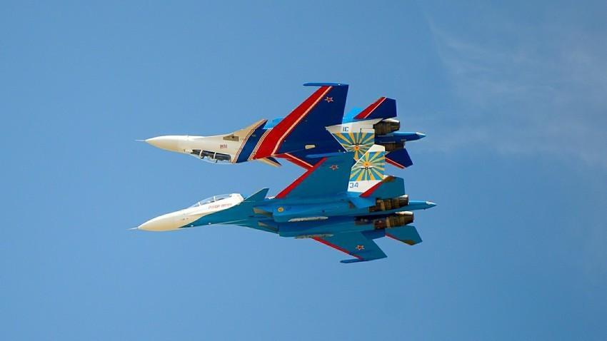"""""""Руски витезови"""" лете на ловцима Су-30СМ."""