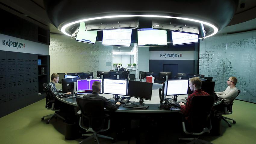 Funcionários do Kaspersky Lab trabalham em escritório da empresa em Moscou.
