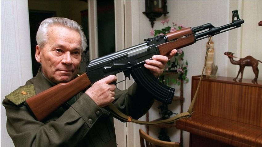 Mihail Kalašnikov razkazuje model avtomata AK-47, izdelanega v Iževsku.