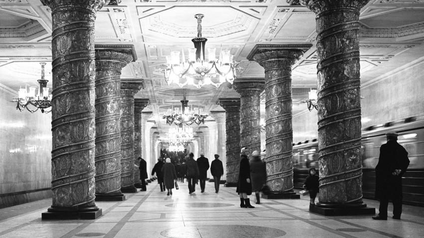 Menschen in der ersten Sankt Petersburger Metro-Station Awtowo