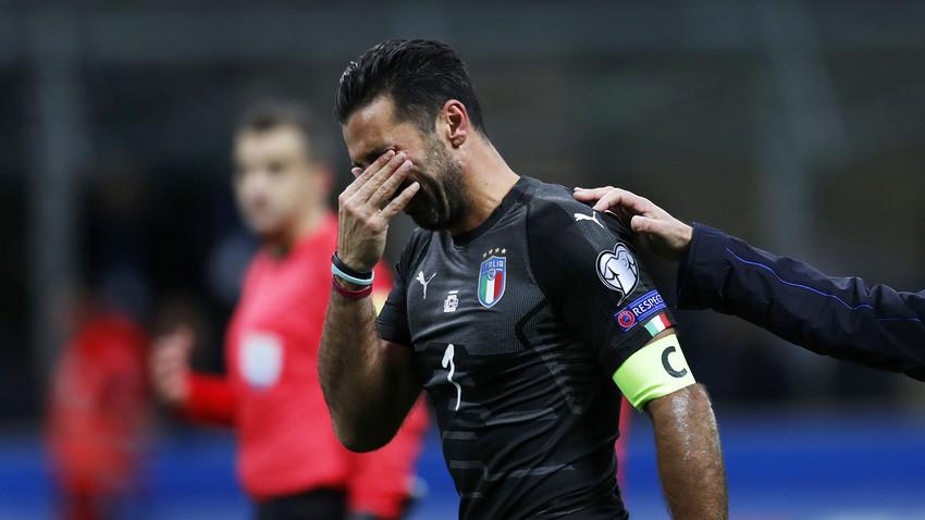 Il portiere azzurro Gigi Buffon in lacrime. Al termine dell'incontro con la Svezia, che ha segnato l'eliminazione dell'Italia ai Mondiali di Russia, lo storico capitano azzurro ha annunciato il suo ritiro dalla Nazionale