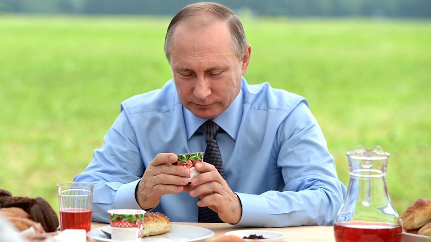 Putin testet in einem Betrieb in Konakowo, Twerer Gebiet, die dortigen Milch- und Fleischprodukte.