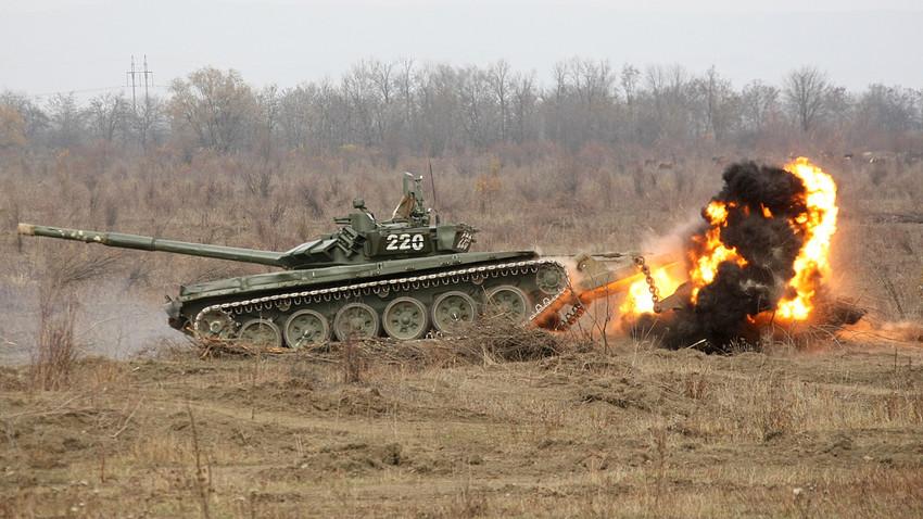 Tanque T-72B durante la operación de remoción de minas en el distrito Achjói-Martanovski de la República de Chechenia .