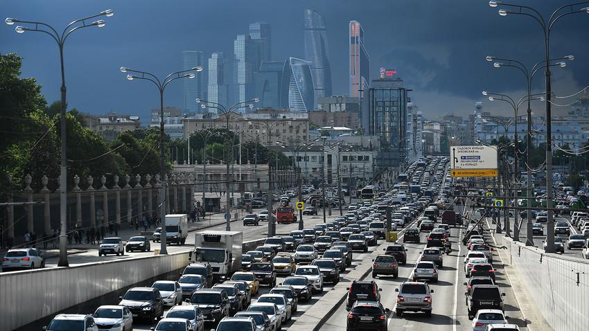 Lalu lintas Moskow sudah terlalu penuh, oleh karena itu pemerintah setempat berupaya meningkatkan infrastruktur yang ada.