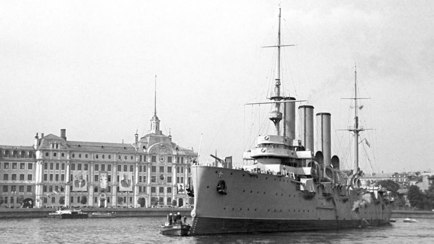 """Крстосувачот """"Аврора"""" се смета за главниот симбол на Револуцијата од 1917 година."""