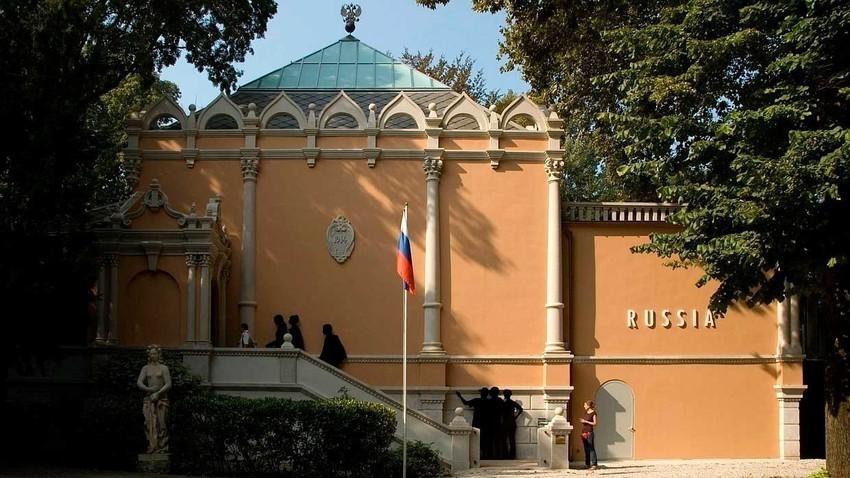 Der russische Pavillon ist dem des Architekten Alexej Schtschusew aus dem Jahr 1914 nachempfunden.