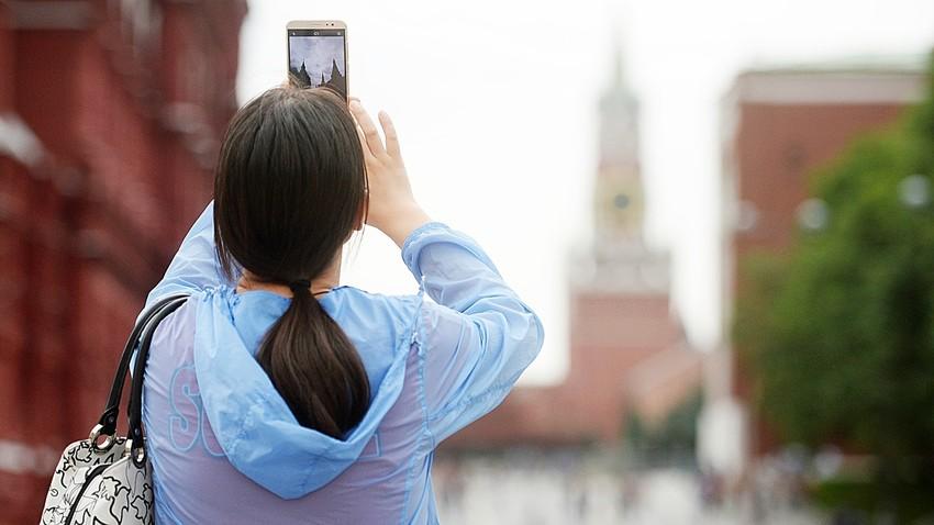 Turistka v Moskvi fotografira Kremelj