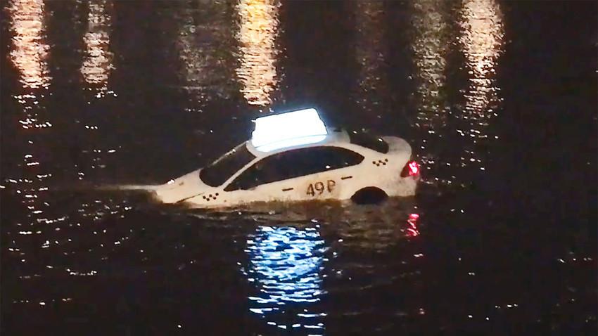 """Taxi koji """"pliva"""" nije baš nešto što ćete vidjeti svaki dan."""