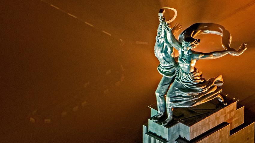 """Паметникът """"Работник и колхозничка"""" е издигнат като символ на вечния съюз на работническата класа и селяните в СССР."""