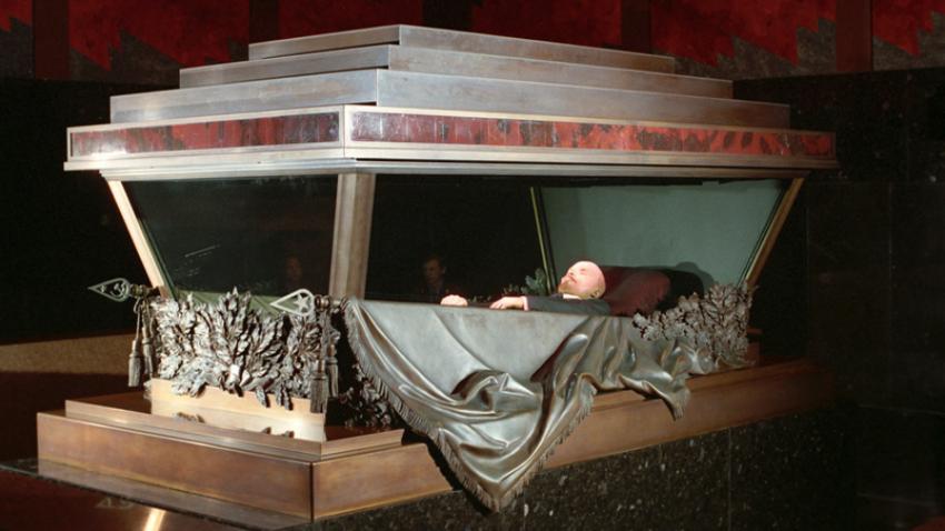 Ustanovitelj Sovjetske zveze Vladimir Lenin že skoraj celo stoletje leži v mavzoleju na Rdečem trgu.
