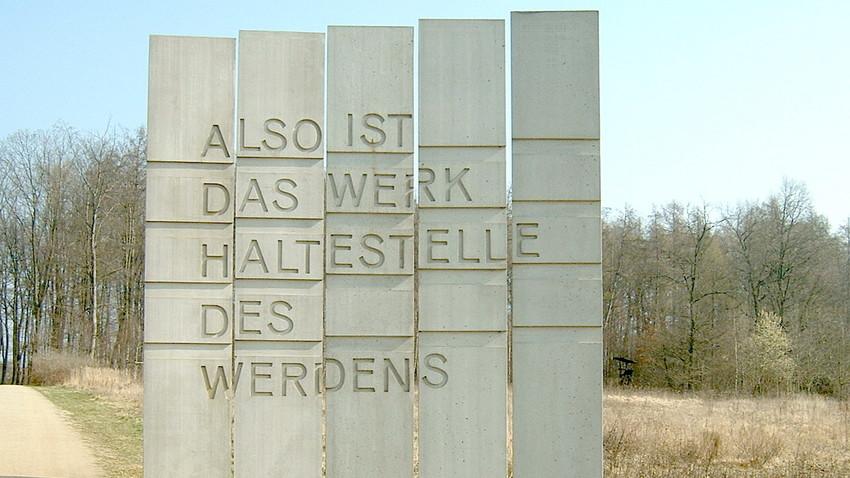El-Lissitzky-Allee, Stelen von Gerhard Schweizer (2005) in Schwalbach am Taunus