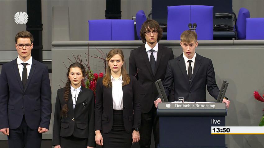 (from left to right) Raphael Weiss, Irina Kokorina, Valeriya Ageyeva, Jonas Vaupel, Nikolay Desyatnichenko at Bundestag.