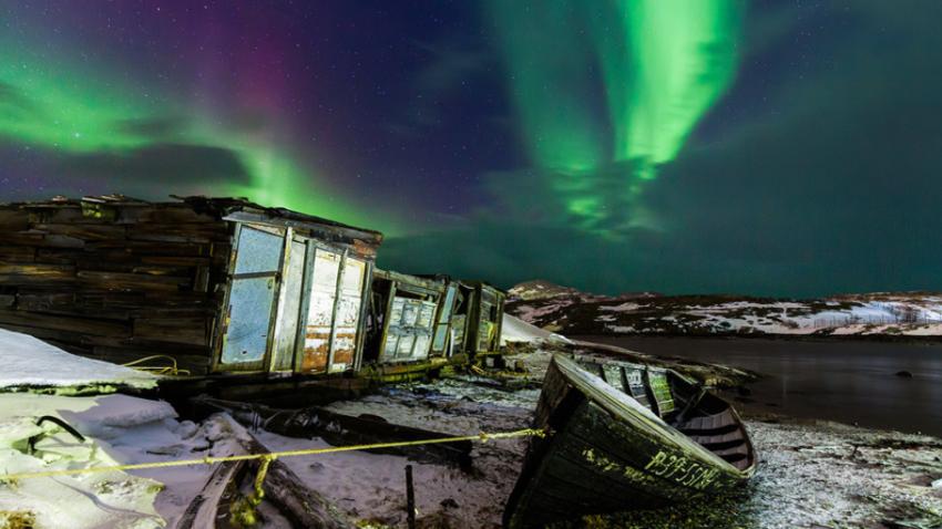 Severni sij nad ribiško ladjo v Teriberki (Murmanska regija).