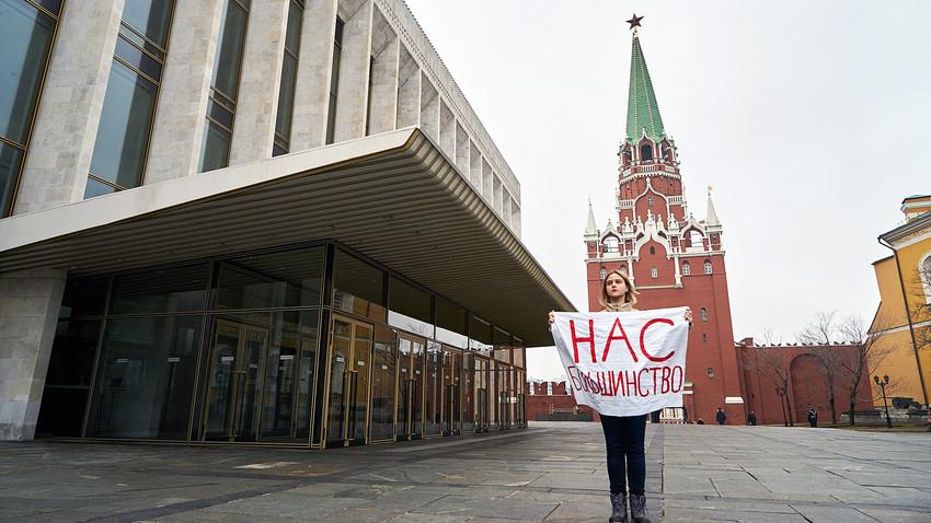 """""""Wir sind die Mehrheit"""" steht auf dem Plakat einer Aktivistin bei einer feministischen Protestaktion vor dem Kreml am 8. März."""