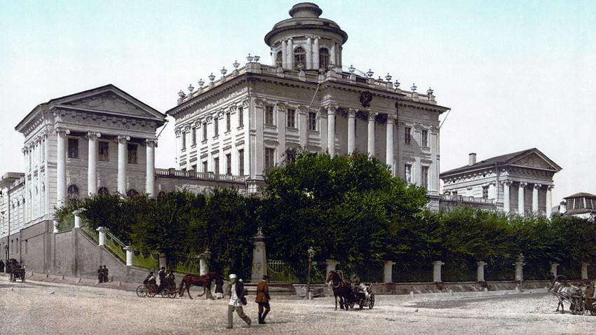 Поштенска картичка од XIX век со Домот на Пашков до Кремљ во Москва. Претходно Музеј на Румјанцев, денес Руска државна библиотека.