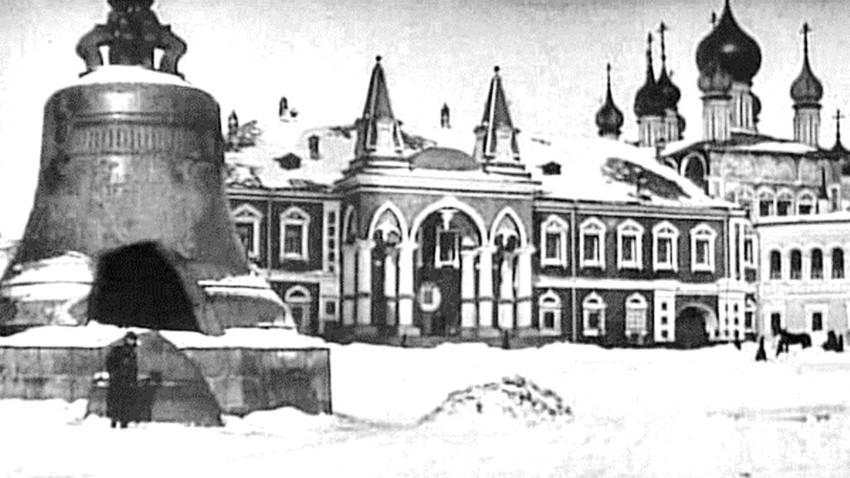 Frühjahr auf dem Iwanow-Platz im Moskauer Kreml - mit der Zarenglocke, Filmstandbild von April 1909