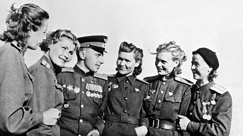 Двукратният Герой на Съветския съюз - пилотът Леонид Беда, с жени, пилоти на бомбардировачи.