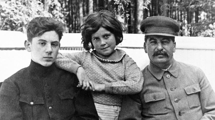 Йосиф Сталин със сина си Василий и дъщеря си Светлана в една от дачите на съветския лидер, юни 1935 г. И двете деца са от втората съпруга на Сталин - Надежда Алилуева.