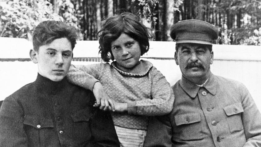 Советскиот водач Јосиф Сталин (1878-1953) со синот Василиј (1921-1962) и ќерката Светлана (1926-2011) во една од вилите на Сталин.