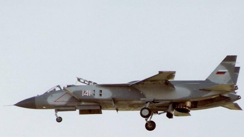 Lovac s vertikalnim uzlijetanjem Jak-141 snimljen kako lebdi u zraku na aviosajmu u Farnboroughu 1992. godine.