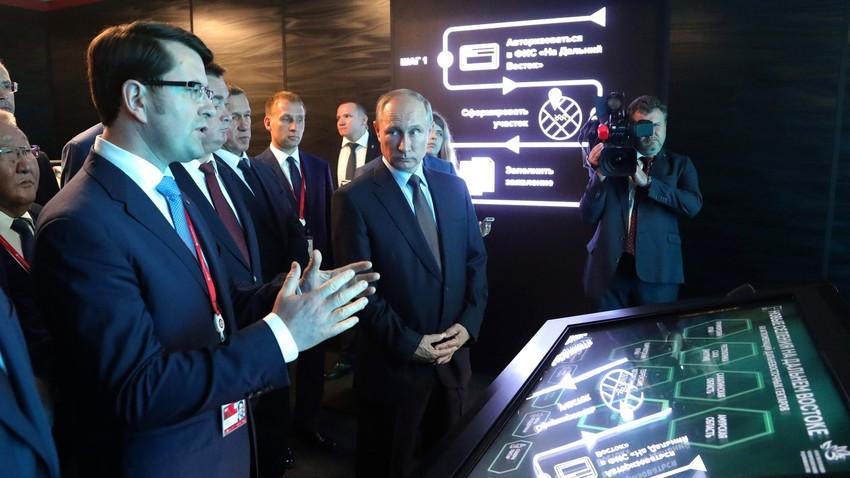「先行発展領域(TOR)」に関する展示会を訪問するウラジーミル・プーチン大統領。ウラジオストク、2017年9月5日