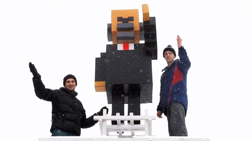 Lênin versão 'Minecraft' no centro de Krasnoiarsk ao lado de seus criadores
