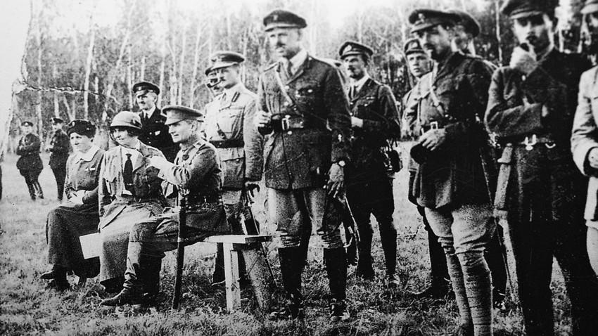 Admiral Aleksander Kolčak (na stolu) z britanskimi časniki med fronto na Ruskem daljnem vzhodu leta 1918.