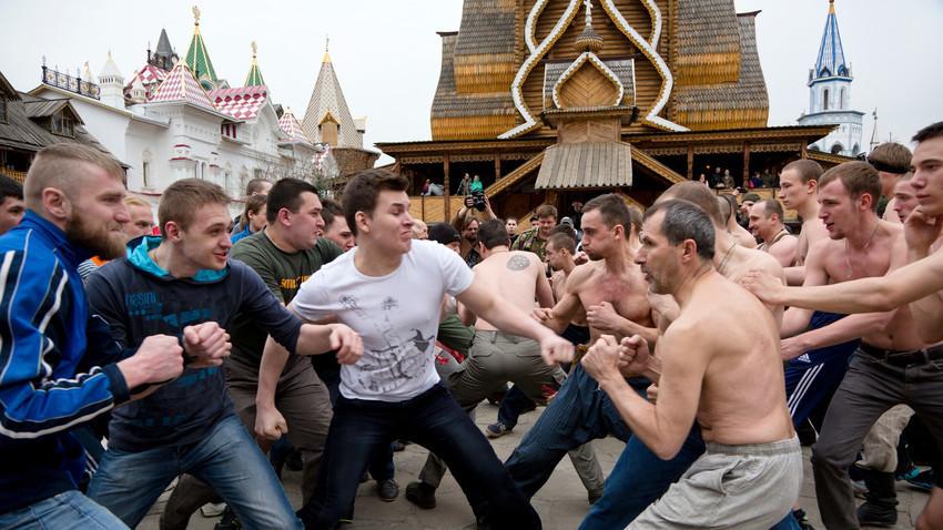 Историческа възстановка на руски юмручен бой в Измаилово, Москва.