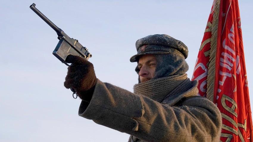 Pred revolucijo je obstajal pester trg orožja v večjih ruskih mestih, kot sta Moskva in Sankt Peterburg.