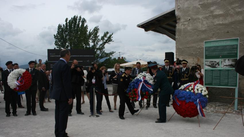 Fotografija s slovesne otvoritve bodočega spominskega centra julija 2014, ki jo je obiskal tudi ruski zunanji minister Sergej Lavrov.