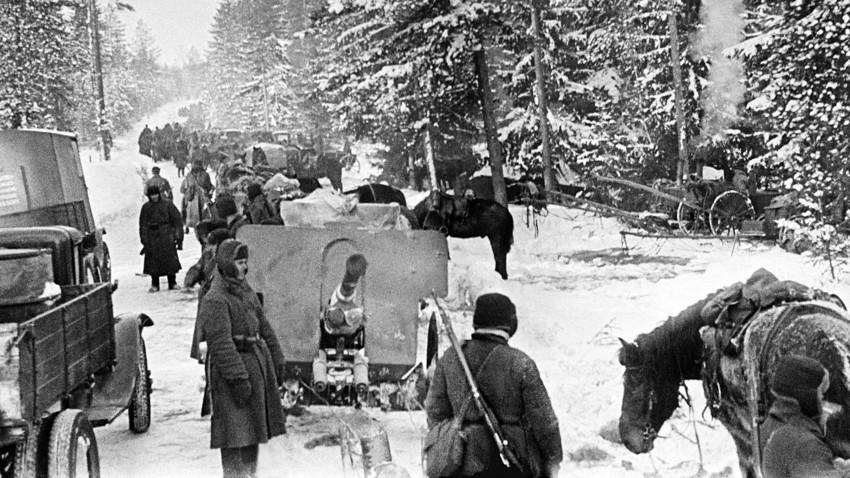 Unidad de artillería soviética dirigiéndose hacia el frente en el istmo de Carelia, marzo de 1940.