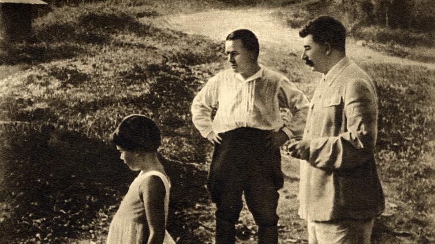 Sergej Kirow (Mitte) und Josef Stalin (rechts) 1934 in Sotschi
