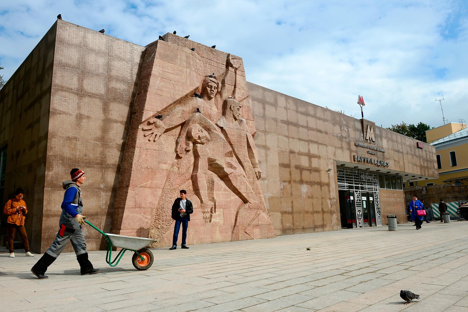 バリカードナヤ駅前の広場
