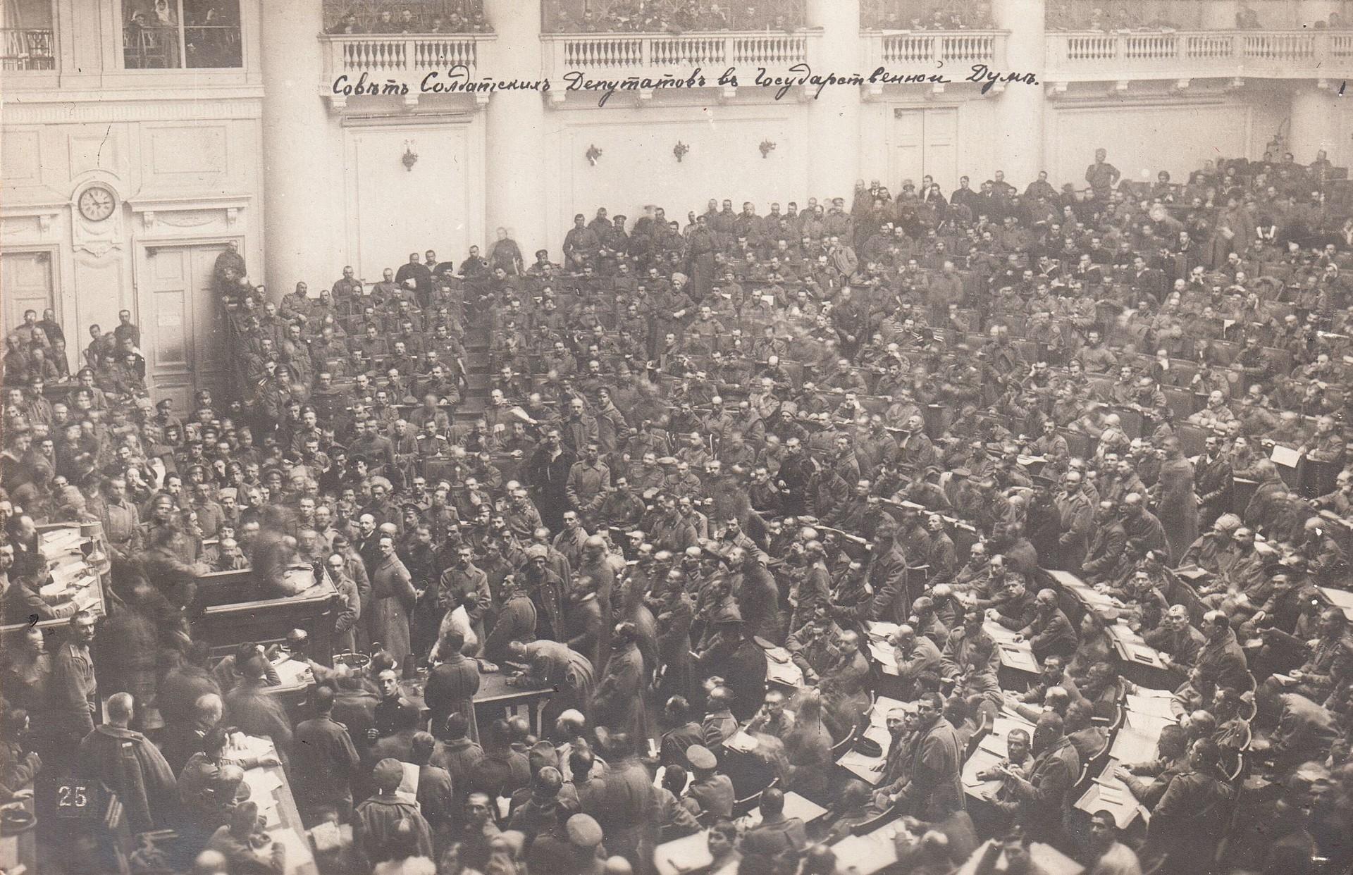 Sitzung der Soldatensektion des Petrograder Sowjets während der Russischen Revolution 1917