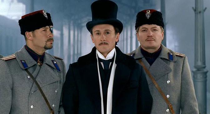 """Oleg Menchikov (no centro) como Erast Fandonrin na adaptação russa de """"O conselheiro de Estado""""."""