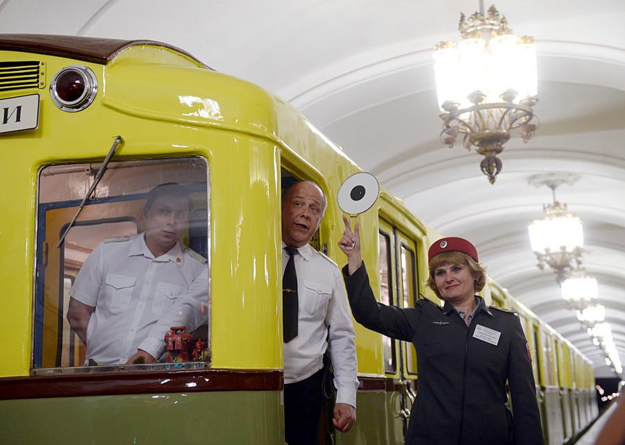 """Código de Trabalho Russo proíbe que mulheres trabalhem em locais """"pesados"""" e """"perigosos"""" como dirigindo o metrô - mas elas podem limpá-lo sem problemas."""