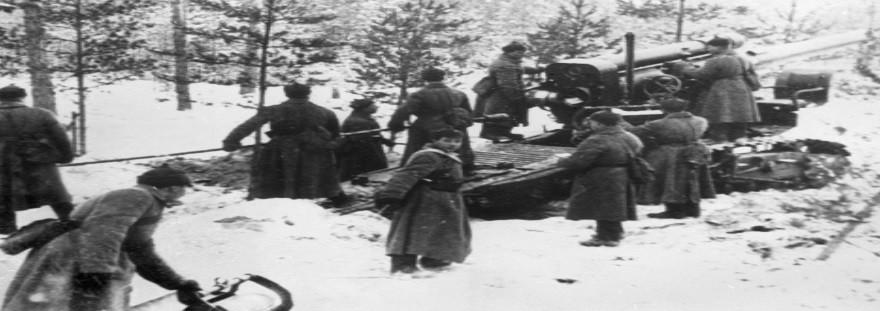Borci Rdeče armade med artilerijskim napadom na utrjene finske položaje na »Mannerheimovi liniji«.