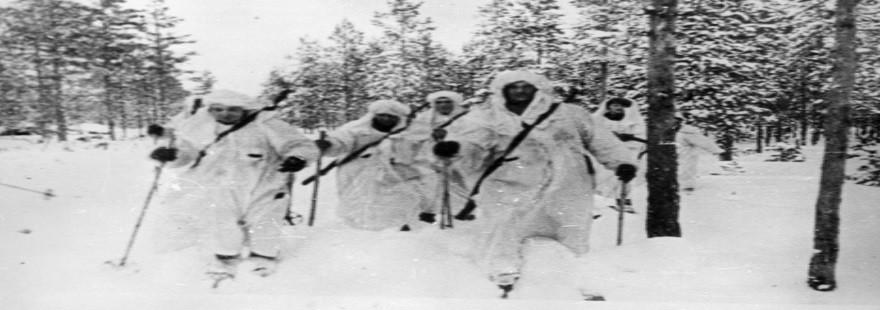 Vojno je zaznamovala zima. Marš borcev smučarskega bataljona finske vojske.