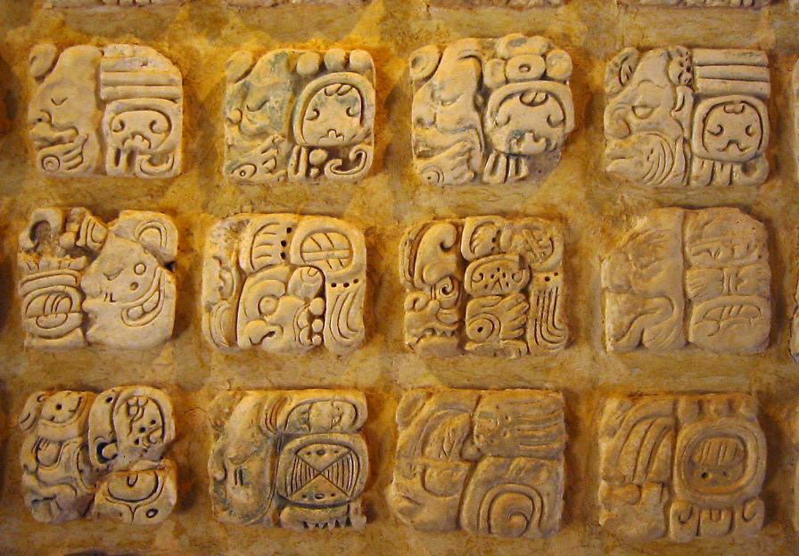 Glifos mayas en el Museo de sitio en Palenque, México.