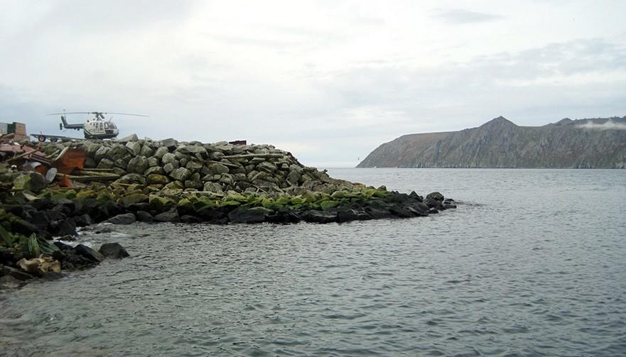 Desno zadaj je otok Veliki Diomed, Rusija. Na levi spredaj je otok Mali Diomed, Aljaska, ZDA.