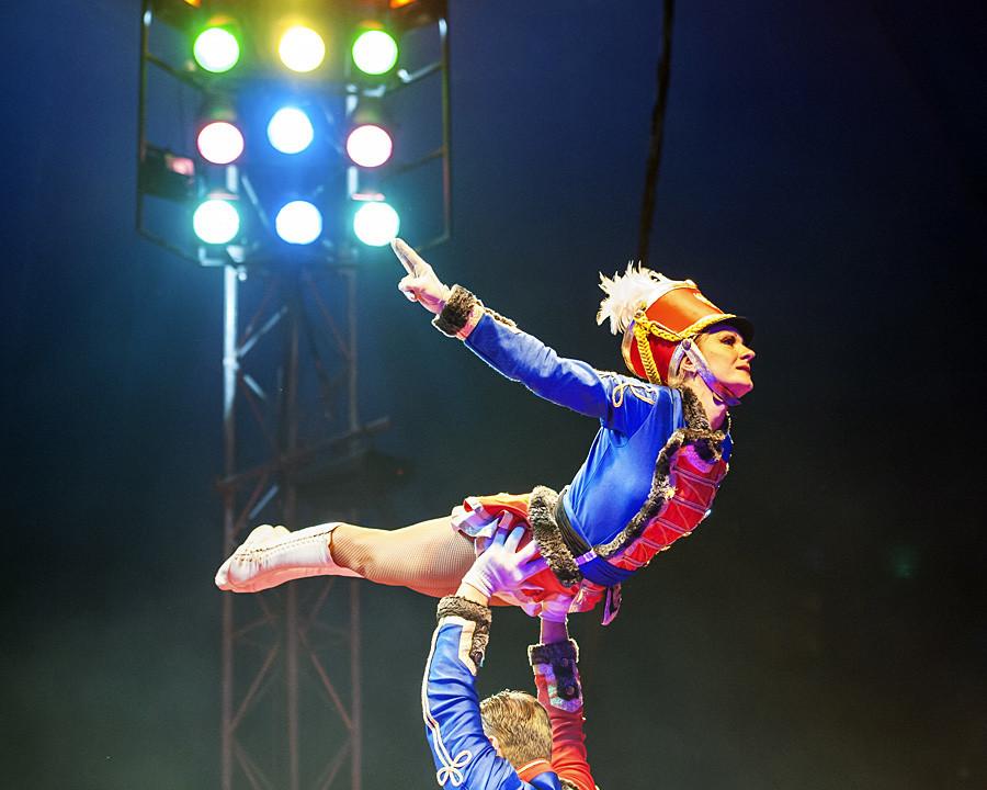 Treino acrobático no Circo Estatal de Moscou.