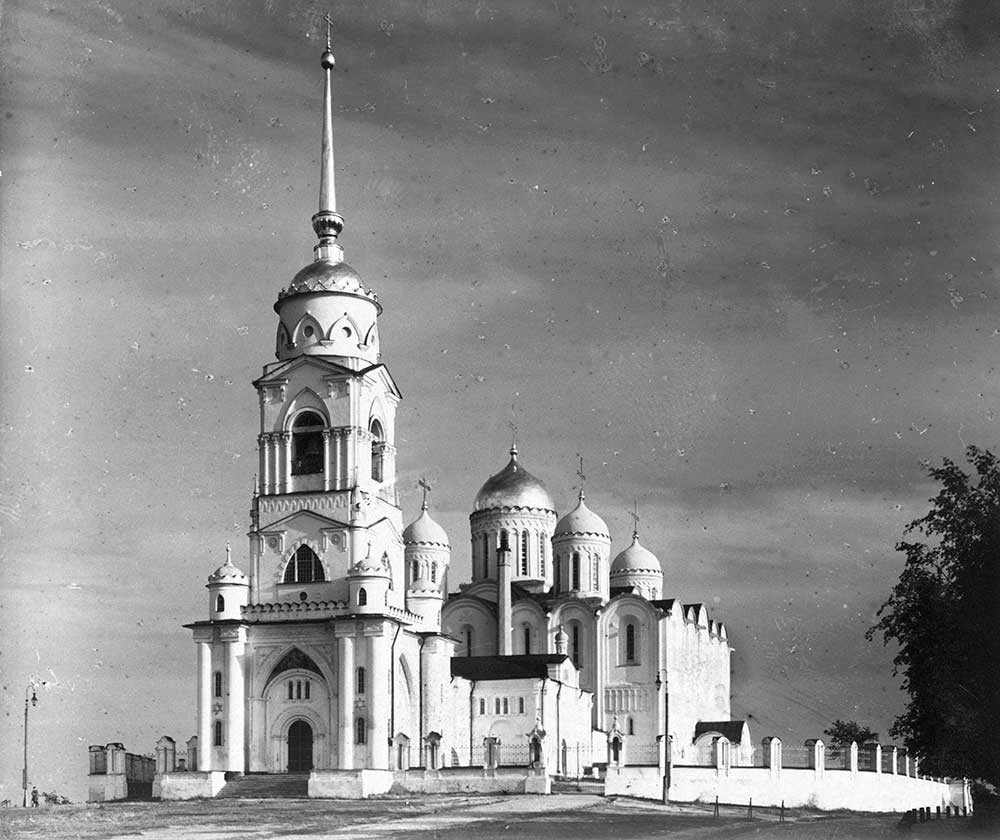 Dormition Cathedral. Northwest view with bell tower & Church of St. George. 1911.